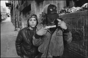 Rat y Mike con una pistola. Mary Ellen Mark, Seattle, Washington, 1983.