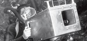Mozert con su caja fotográfica a prueba de agua.