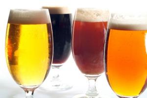 Mucho más sorprendente es el hecho de que algunas cervezas estén elaboradas, entre otros ingredientes, con la cola de pescado que se obtiene de las vejigas natatorias de ciertos peces. La mítica Guinness, por ejemplo, es una de ellas. (Foto: Jose R. Aguirre / Cover / Getty Images).