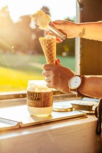 La próxima vez que te apetezca tomarte un helado, igual te acuerdas de estas líneas. Y es que muchas empresas utilizan restos de ácido cáprico, un ingrediente obtenido de grasa animal, a la hora de elaborar su producto. (Foto: Bespoke Visuals / Moment Mobile / Getty Images).