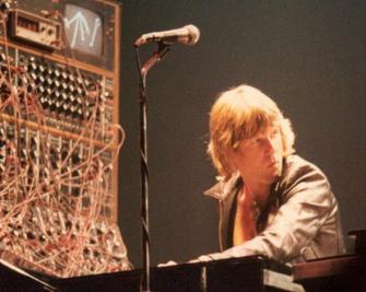 Keith-Emerson-moog.jpg.CROP.promovar-mediumlarge