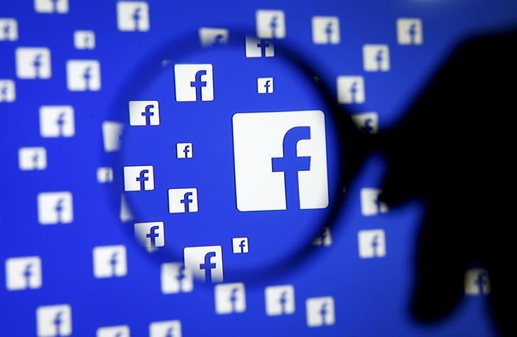 Ilustración fotográfica realizada en Sarajevo del logo de Facebook visto a través de una lupa