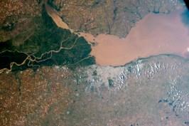 El río Paraná (segundo río más grande tras el Amazonas) desembocando en el océano Atlántico.