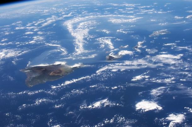 Volcán de Kilauea (Hawái) difuminado por los gases volcánicos.