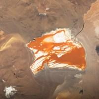 La peculiar Laguna Colorada, en Bolivia, destaca por sus peculiares tonos rojizos, también visibles desde el espacio.