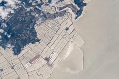El patrón definido por las granjas de peces en la costa noroeste de China.