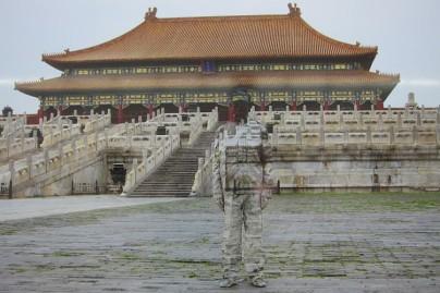 Liu-Bolin-liu-bolin-Hiding-in-the-City-No.89-Forbidden-City-2010-865x577