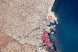 El puerto de Sfax, la ciudad más grande de Túnez. También se aprecia el patrón geométrico que definen las calles de la ciudad.