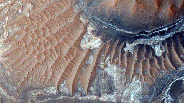 _90362936_mro-hirise-orbiters-light-toned-deposits-noctis-labyrinthus-br2
