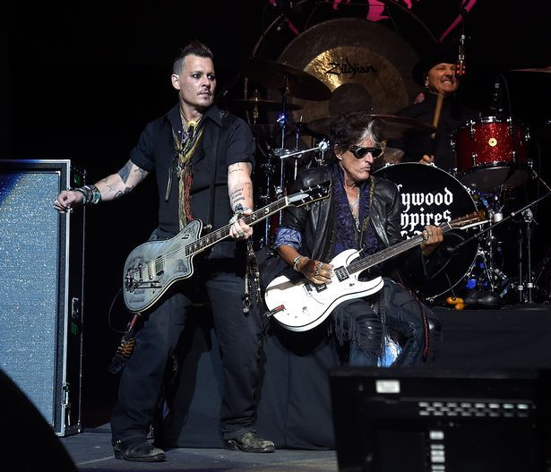 Joe-Perry-of-Hollywood-Vampires-collapses-on-stage