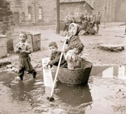 historical-children-playing-photography-58a457c8168b9__700