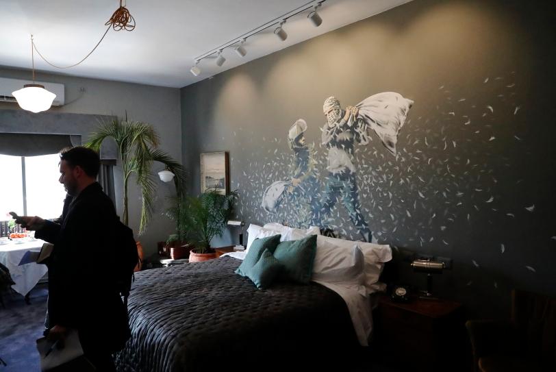 Decoración de Banksy de una de las habitaciones. Foto AFP.jpg