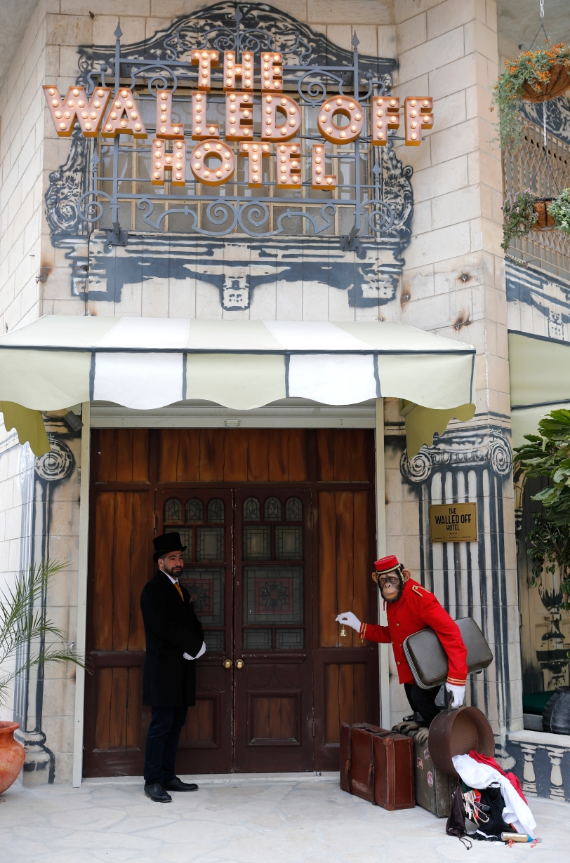 Entrada del Walled Off Hotel. Foto AFP.jpg