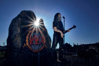 Tom-Araya-do-Slayer-vira-estatua-em-Zoologico-2
